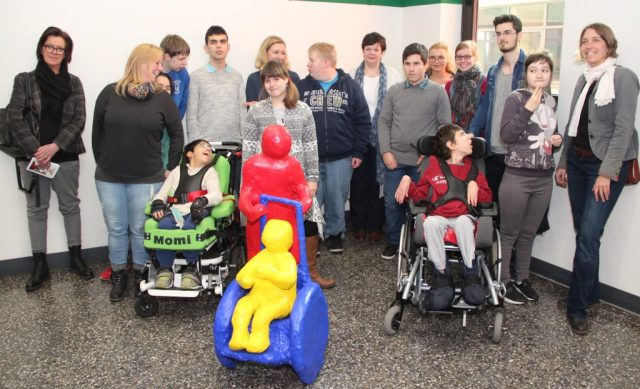 Stolz wie Oskar waren die Schülerinnen und Schüler der Wilhelm-Hartschen-Förderschule, als am Donnerstag ihr Kunstwerk im Klinikum feierlich eingeweiht wurde. (Foto: B. Glumm)