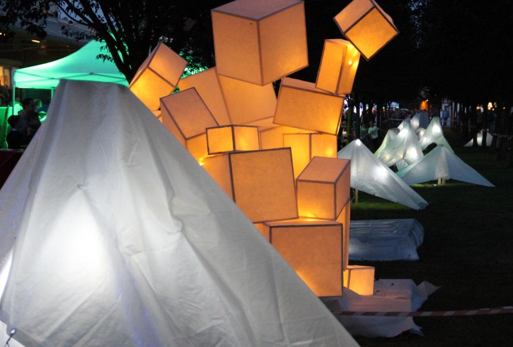Formen, Farben, Lichteffekte und Illsuionen. Die Künstler haben sich im Südpark einiges einfallen lassen. Dazu auch stets eine passende und stimmungsvolle Musikuntermalung. (Foto: B. Glumm)