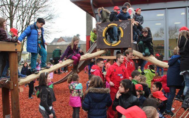 Die Kinder der Grundschule nahmen im April die neuen Spielgeräte im Sturm, die ihnen die Auszubildenden des 2. Lehrjahres der Stadt-Sparkasse auf dem Pausenhof installierten. (Archivfoto: B. Glumm)