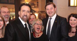 Sorgte auch bei der Solinger Delegation rund um Oberbürgermeister Tim Kurzbach für echte Begeisterung: Hollywood-Star Nicolas Cage bekam den Ehrenpreis des Nachhaltigkeitspreises am Freitag in Düsseldorf verliehen. (Foto: © bgl-Pressedienst/Bastian Glumm)