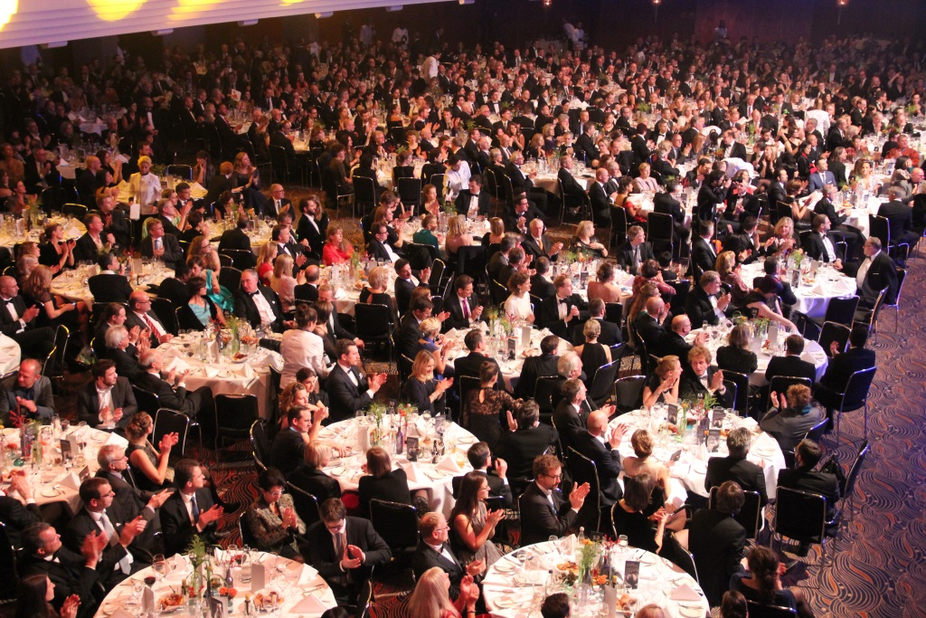 """Im Saal des Maritim Hotels nahmen mehr als 1.200 Gäste Platz, darunter auch Schauspieler Nicolas Cage, der mit dem Ehrenpreis für sein """"herausragendes humanitäres Engagement"""" ausgezeichnet wurde. (Foto: B. Glumm)"""