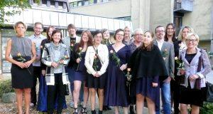 13 Frauen und drei Männer feierten jetzt den Abschluss ihrer Ausbildung in der Altenpflege am St. Joseph Fachseminar für Altenpflege in Ohligs. (Foto: K-Plus-Gruppe)