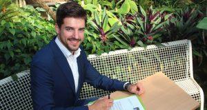 Mister Germany 2016 Florian Molzahn unterschreibt den Spendenbrief des Botanischen Gartens im Tropenhaus. Der Brief wird an rund 8.000 Solinger Haushalte verschickt. (Foto: B. Glumm)