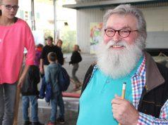 """Gunter """"Felix"""" Opitz gemeinsam mit den Kindern und Jugendlichen der offenen Betreuung am neuen Standort an der Lüneschloßstraße. Der 67-Jährige hofft auf weitere Unterstützung. (Foto: B. Glumm)"""