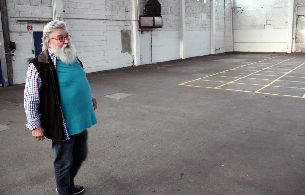 Rundgang mit Gunter Opitz durch die Hallen an der Lüneschloßstraße. Die Liegenschaft sei für das Vorhaben des Felix Kids-Club ideal. Es hakt noch an der Finanzierung. (Foto: B. Glumm)