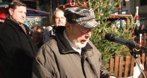 Lothar Jokisch war lange Jahre Vorsitzender des ehemaligen Erzgebirgsvereins. Auch an diesem Samstag war er beim Anschieben der Auer Weihnachtspyramide tragend beteiligt, das zum 25. Mal. (Foto: B. Glumm)