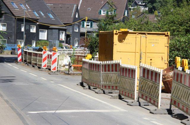 Die Eschbachstraße wird am 11. Oktober für zunächst einen Tag voll gesperrt bleiben. Dann soll die Mühlendammbrücke eingehoben werden. (Foto: B. Glumm)