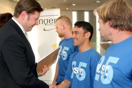 Oberbürgermeister Tim Kurzbach gratuliert den Mitarbeitern und Auszubildenden der WST GmbH für die hervorragende Ausbildungsarbeit des Unternehmens. (Foto: B. Glumm)