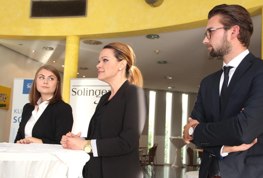 Mitarbeiter und Azubis der Praxisklinik im Südpark OHG stellen ihr Leistungsspektrum und die Art der Ausbildung vor. (Foto: B. Glumm)