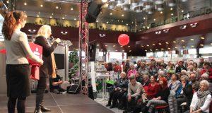 Volles Haus auf der Aktivia am Samstag in der Hauptstelle der Stadt-Sparkasse. Erstmals errichtete man auf der Seniorenmesse eine Bühne, auf der zahlreiche Aktionen stattfanden. (Foto: B. Glumm)
