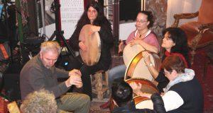 """Rhythmus im Blut hatten die Teilnehmerinnen und Teilnehmer des Trommel-Workshop, der von Uli Putsch während der """"Nacht der mystischen Wesen"""" angeboten wurde. (Foto: B. Glumm)"""