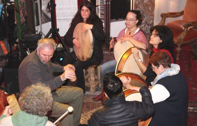 Rhythmus im Blut hatten die Teilnehmerinnen und Teilnehmer des Trommel-Workshop, der von Uli Putsch während der