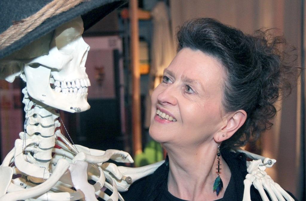 """Organisatorin Martina Hörle, hier mit dem viel fotografierten Skelett """"Freddy"""", war mit dem Verlauf des mystischen Abends sehr zufrieden. (Foto: B. Glumm)"""
