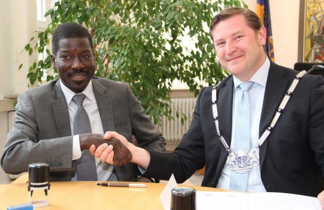 Bürgermeister Talla Sylla aus Thiès (li.) und Oberbürgermeister Tim Kurzbach bei der Unterzeichnung des Partnerschaftsvertrages im Solinger Rathaus. (Archivfoto: © B. Glumm)