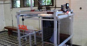 """Das 3D-Netzwerk präsentiert neben seinem eigenen Leistungsangebot zudem zwei Entwicklungen des Netzwerk-Partners SIDL: der """"Dobot"""", ein Roboterarm, der drucken, gravieren, zeichnen und Objekte platzieren kann sowie die SIDL-Box, ein skalierbarer Großraumdrucker, der Objekte bis zu einer Höhe von mehreren Metern drucken kann. (Foto: © 3D-Netzwerk)"""