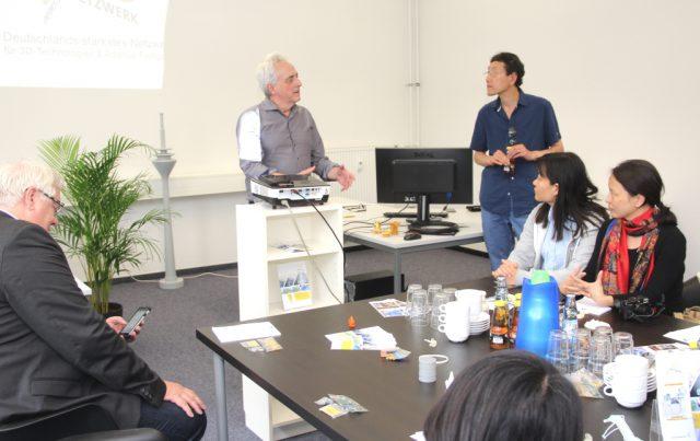 Am Dienstag besuchte eine chinesische Delegation das 3D-Netzwerk im Gründer- und Technologiezentrum. Netzwerkmanager Werner Koch referierte über die Themen 3D-Druck und die Synergien zwischen Virtual/Augmented Reality. (Foto: © B. Glumm)
