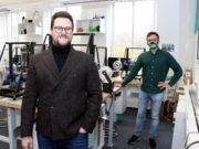 Onur Dogan (li.) und Technologiemanager Evgeniy Khavkin vom 3D Startup Campus Solingen entwickelten eine effektive Schutzmaske aus dem 3D-Drucker. (Foto: © Bastian Glumm)