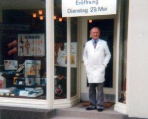 Vor 40 Jahren startete Firmengründer Rolf Köppchen mit zwei Verkäuferinnen an der Wilhemstraße. Heute zählt das Sanitätshaus 50 Mitarbeiterinnen und Mitarbeiter. (Foto: © Sanitätshaus Köppchen)