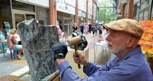 Neben vielen Mitmachaktionen konnten die Besucher den Künstlern bei ihrer Live-Kunst über die Schulter schauen. Hier bearbeitet Bildhauer Manfred Fürth schwarzen Speckstein. (Foto: © Martina Hörle)