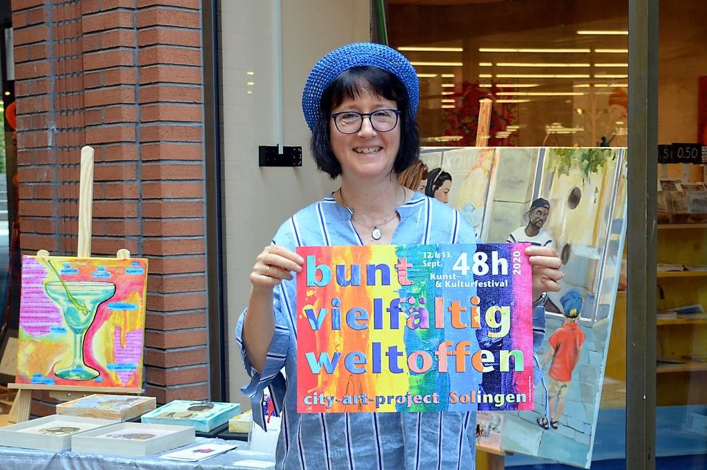 Künstlerin Heike Ponge hat sowohl das Layout der Plakate als auch der Banner gestaltet. Der Regenbogen steht für sie als Symbol der Vielfältigkeit (Foto: © Martina Hörle)