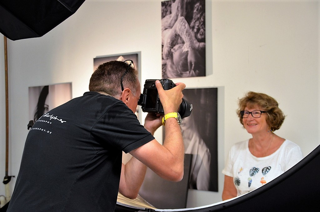 In den Ateliers der Fotografen herrscht reger Betrieb. Jeden Samstag kommen zahlreiche Menschen, um sich für die Banner fotografieren zu lassen. (Foto: © Martina Hörle)