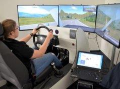 Der Fahrsimulator am Stand der Verkehrswacht ermöglicht mit seinen drei Monitoren ein ideales räumliches Sehen. Bei der 49. Autoschau wollten ihn zahlreiche Besucher testen. (Foto: © Martina Hörle)