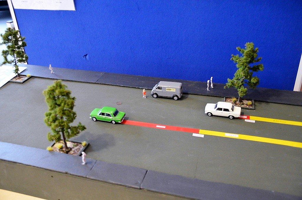Das aufgebaute Diorama veranschaulicht eindrucksvoll den Bremsweg zweier Fahrzeuge bei unterschiedlicher Geschwindigkeit. (Foto: © Martina Hörle)