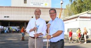 """""""Unsere Stadt kann nicht sauber genug sein"""", meint Bürgermeister Ernst Lauterjung (re. hier mit Stadtdirektor Hartmut Hoferichter), der am kommenden Samstag mit vielen Mitstreitern Müll sammeln will. (Foto: © Bastian Glumm)"""