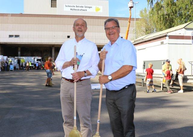 Hatten beim Tag der offenen Tür des Müllheizkraftwerkes gestern gute Laune: Stadtdirektor Hartmut Hoferichter (li.) und Bürgermeister Ernst Lauterjung. (Foto: © Bastian Glumm)