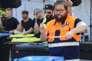 """Die Gruppe """"Groove Onkels"""" nutzte Mülltonnen als Klangkörper und präsentierte eine tolle Show. (Foto: © Bastian Glumm)"""