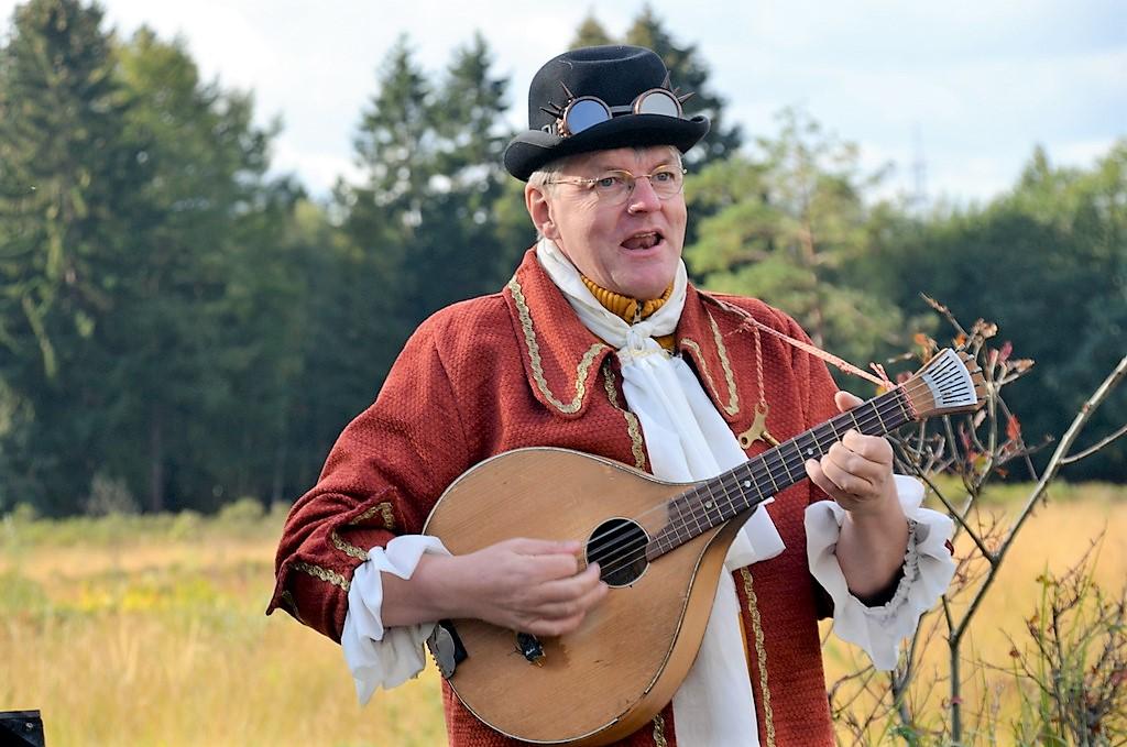 Allroundmusiker Michael Völkel aus Herne begeisterte mit seinen witzigen mittelalterlichen Balladen und seinem reichhaltigen Instrumente-Sortiment. (Foto: © Martina Hörle)