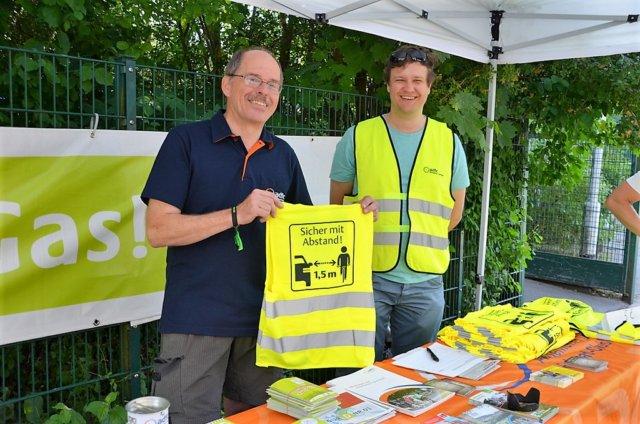 Joachim Bruns (li.) und ADFC-Sprecher Bernhard Stoer nutzten am Sonntag an der Kotterstraße die Gelegenheit für umfangreiche Öffentlichkeitsarbeit. (Foto: © Martina Hörle)