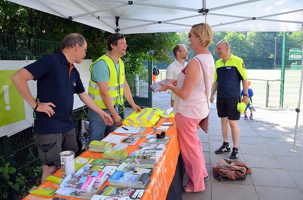 Zahlreiche Besucher der Radfahrmeisterschaften und des Kinder-Spielfestes nutzten das umfangreiche Informationsangebot des ADFC. (Foto: © Martina Hörle)