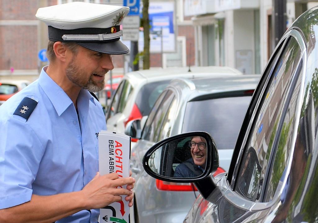 Polizeioberkommissar Christian Boehnke lobt einen Fahrer für sein umsichtiges Verhalten. (Foto: © Martina Hörle)