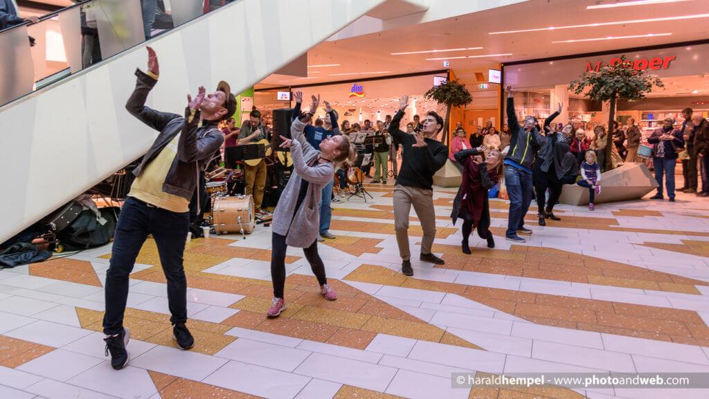 Der Flashmob am vergangenen Samstag im Hofgarten sorgte für viel Aufsehen. (Foto: © Harald Hempel)
