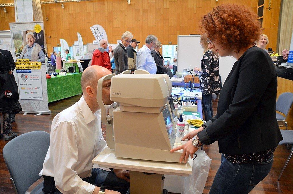 Am Stand von Optik Wollenhaupt prüfte Tanja Knauf die Brillenstärke und den Augeninnendruck der Besucher. (Foto: © Martina Hörle)