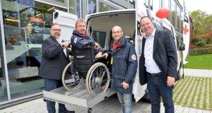 Ullrich Ohlmann (li.), Geschäftsführer DRK Mobil, und Dr. Thorsten Böth (re.), Kreisgeschäftsführer des DRK Kreisverbandes Solingen, sind sehr stolz auf das neue Elektrokraftfahrzeug. Es ist das erste dieser Art in Deutschland im Behindertendienst und ein Highlight auf dieser Messe. (Foto: © Martina Hörle)
