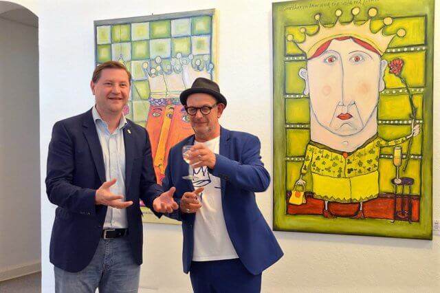 """Oberbürgermeister Tim Kurzbach (li.) und Künstler Stefan Seeger eröffneten gestern gemeinsam die neue Ausstellung """"Alles mit Krone"""". (Foto: © Martina Hörle)"""
