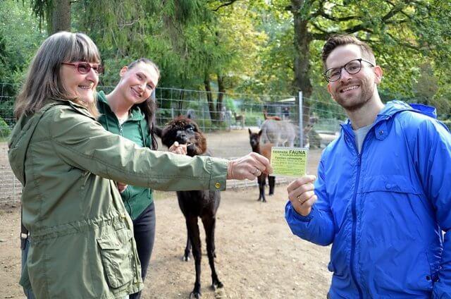 Vera Schramm (li.), Josefine Busekroos und Nicholas Dewenter freuen sich, dass das bezaubernde Alpaka-Mädchen jetzt seinen Namen bekommen hat. Die stolze Mutter Arielle ist natürlich dabei. (Foto: © Martina Hörle)
