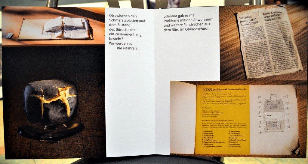 In seinem gerade erschienen Bildband zeigt der Fotograf interessante Kontraste, wie hier einen stark beschädigten Bürostuhl vor einem Schreibtisch, auf dem Schmerztabletten liegen. (Foto: © Martina Hörle)