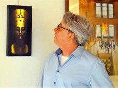 Fasziniert ist Frank Voß von den feinen Gesichtszügen und dem Filigranen der Skulptur der ägyptischen Königin Nofretete. (Foto: © Martina Hörle)