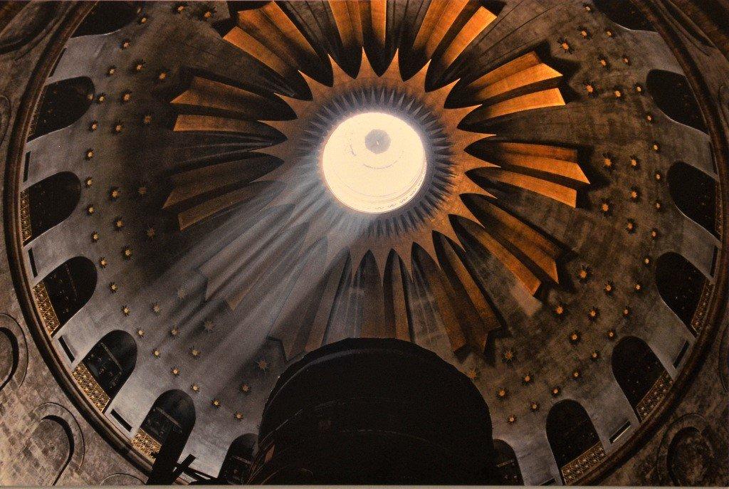 Ein glücklicher Moment für die Fotografin Sabri: Sonnenstrahlen fallen durch das Kuppeldach der Grabeskirche in Jerusalem. (Foto: © Martina Hörle)