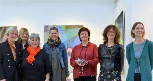 Die Mitglieder der GEDOK (Brigitte Melchers, Liane Lonken, Heidi Becker, Isabel Kämpf, Rita Viehoff) freuen sich gemeinsam mit Galeristin Astrid Kirschey (Mitte) und Dr. Julia Höfel (re.) über die gelungene Vernissage (Foto: © Martina Hörle)