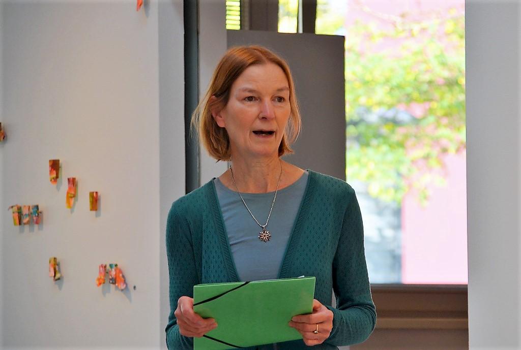 Dr. Julia Höfel gibt eine kurze Einführung in die Ausstellung TRIVALENT und erläutert einige der Charakteristika in den diversen Arbeiten. (Foto: © Martina Hörle)