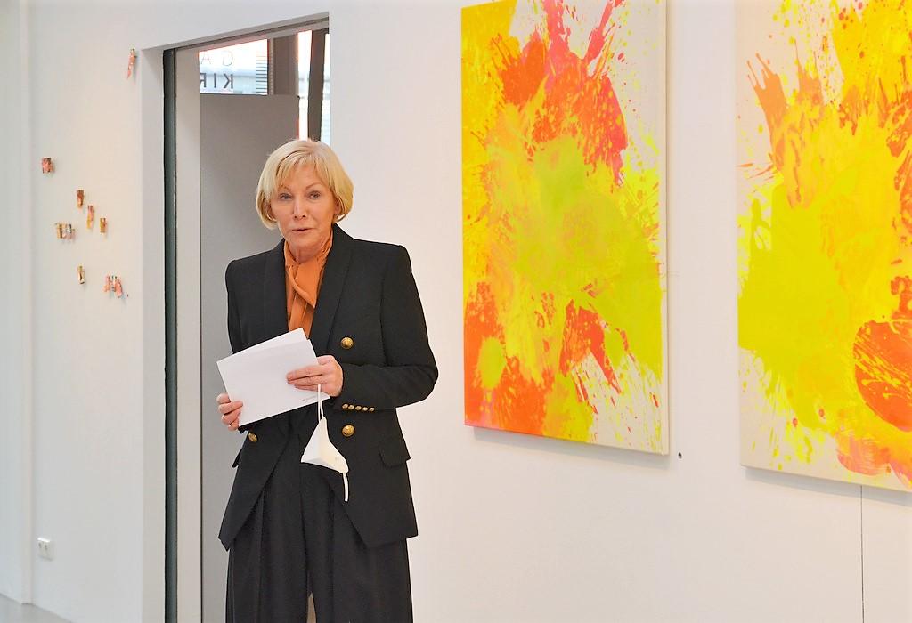 Brigitte Melchers, die erste Vorsitzende der GEDOK, ist ebenfalls zur Ausstellung erschienen und heißt die Besucher herzlich willkommen. (Foto: © Martina Hörle)