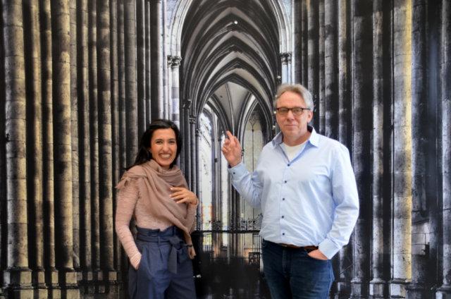 Maryam Sabri und Frank Voß zeigen in ihren Arbeiten Ruhe und Bewegung. Dieser imposante Anblick vom Inneren des Kölner Doms wurde auf eine 350 x 220 cm große Plane gedruckt. Es ist das größte Werk der Ausstellung. (Foto: © Martina Hörle)