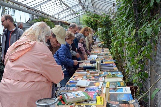 Mehrere hundert Besucher nutzten an diesem Sonntag wieder die Gelegenheit, sich bei der Bücherbörse im Botanischen Garten mit neuem Lesestoff einzudecken. (Foto: © Martina Hörle)