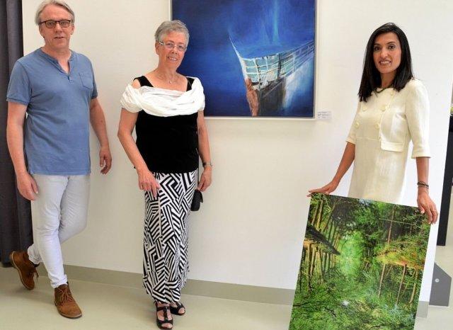"""Malerin Irmgard Stohlmann (Mitte) hat Frank Voß und Maryam Sabri zu dieser gemeinsamen Ausstellung eingeladen. Die beiden Fotografen sind seit kurzer Zeit ebenfalls Mitglieder der Ateliergemeinschaft KünstlerPack. Die drei zeigen in den unterschiedlichsten Werken ihre Umsetzung der """"Impressionen"""". (Foto: © Martina Hörle)"""