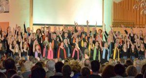 """Bei der Eröffnung des Gospelbenefiz standen die Chöre unisono und Young Voices zusammen auf der Bühne. 70 Stimmen sangen gemeinsam """"Hear our Praises"""" und boten damit einen einzigartigen Auftakt. (Foto: © Martina Hörle)"""