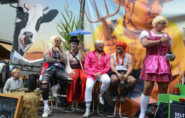 """Riesenandrang am Fronhof bei der Show """"B(l)auer sucht Frau"""". Selten Selters erntete mit der kreativen Show jede Menge Applaus. (Foto: © Martina Hörle)"""